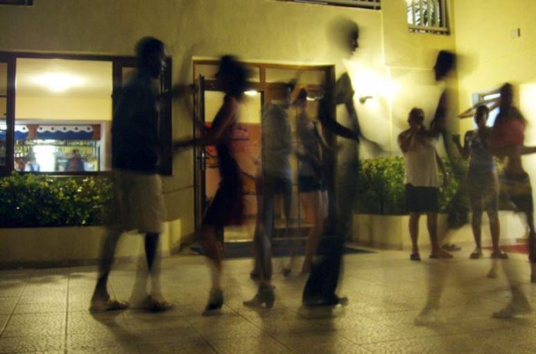 Tanzende Menschen auf der Straße